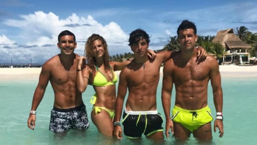 Actualidad Actualidad La foto de Mario Casas en bañador junto a sus hermanos que revoluciona las redes